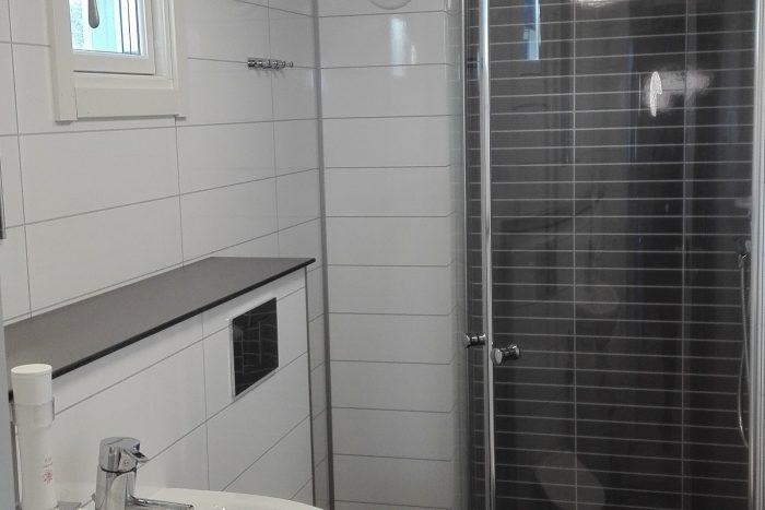 Helkaklat modernt badrum